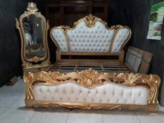 Tempat tidur mewah klasik emas